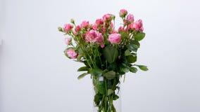 Las flores, ramo, rotación en el fondo blanco, composición floral consisten en rosas metrajes