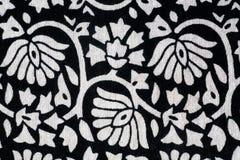 Las flores resumen en un mantel blanco y negro Fotos de archivo