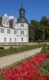 Las flores rojas delante del Neuhaus se escudan en Paderborn Imágenes de archivo libres de regalías