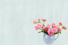 Las flores rosadas en jarro azul en azul de la acuarela pintaron el fondo Fotografía de archivo libre de regalías