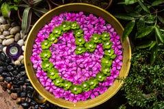 Las flores se adornan y se arreglan maravillosamente adentro  Fotografía de archivo libre de regalías
