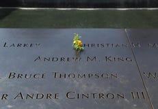 Las flores se fueron en el monumento nacional del 11 de septiembre en el punto cero Fotos de archivo