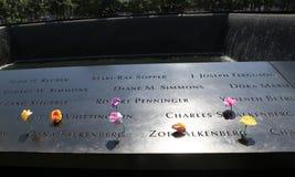 Las flores se fueron en el monumento nacional del 11 de septiembre en el punto cero Fotos de archivo libres de regalías