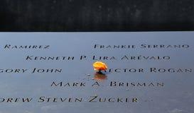 Las flores se fueron en el monumento nacional del 11 de septiembre en el punto cero Foto de archivo