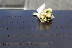 Las flores se fueron en el monumento nacional del 11 de septiembre en el punto cero en Lower Manhattan Fotos de archivo libres de regalías