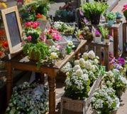 Las flores se venden de una bandeja en la calle Fotografía de archivo