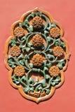 Las flores talladas adornan una puerta (China) Fotos de archivo