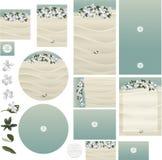 Las flores tropicales del frangipani de la playa en la invitación blanca de la boda de la arena fijaron 2 Fotos de archivo libres de regalías