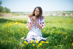 Las flores ucranianas jovenes del amarillo de la pizca de la muchacha Foto de archivo libre de regalías