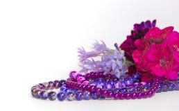Las flores y los accesorios femeninos y románticos de las perlas en el año ultravioleta entonan Foto de archivo libre de regalías