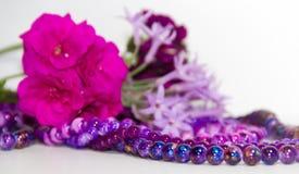 Las flores y los accesorios femeninos y románticos de las perlas en el año ultravioleta entonan Foto de archivo