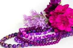 Las flores y los accesorios femeninos y románticos de las perlas en el año ultravioleta entonan Imagenes de archivo