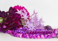 Las flores y los accesorios femeninos y románticos de las perlas en el año ultravioleta entonan Imagen de archivo libre de regalías