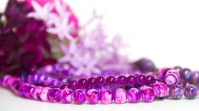 Las flores y los accesorios femeninos y románticos de las perlas en el año ultravioleta entonan Fotos de archivo