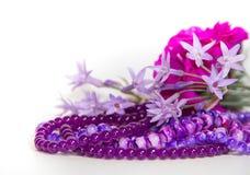Las flores y los accesorios femeninos y románticos de las perlas en el año ultravioleta entonan Imagen de archivo