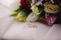 Las flores y los anillos de la boda se cierran para arriba Fotos de archivo libres de regalías