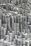 Las formaciones de la columna del basalto en Reynisfjara varan, Islandia Foto de archivo libre de regalías