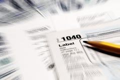 Las formas de impuesto enfocaron con el dinero Imagen de archivo