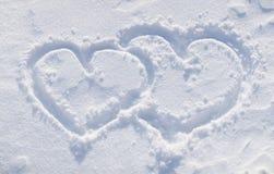 Las formas del corazón en la nieve. Foto de archivo