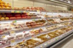 Las fotos borrosas muestran tiendas Filas largas de estantes con las mercancías fotografía de archivo libre de regalías