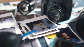 Las fotos impresas del viaje se separaron en una tabla de madera con la cámara y la lente de la foto almacen de metraje de vídeo