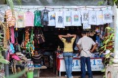 Las frentes turísticas en una tienda de souvenirs en el ` s de la gente parquean en el cielo en las Filipinas Fotos de archivo