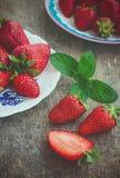 Las fresas con la menta, diseñan imagen rústica, entonada Imágenes de archivo libres de regalías