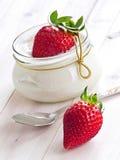 Fresas frescas con la cuajada de la vainilla Imágenes de archivo libres de regalías