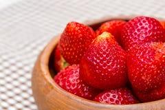 Las fresas frescas en el woonden ruedan en la estera Fotografía de archivo