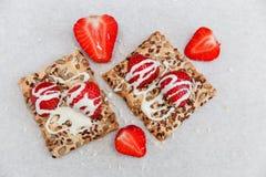 Las fresas frescas rojas están en la galleta con los granos, leche dulce Fotografía de archivo libre de regalías