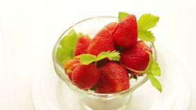 Las fresas mienten en una loza de cristal que haga girar alrededor metrajes