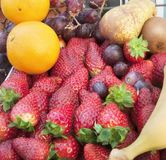 Las fresas y la otra fruta Fotos de archivo libres de regalías