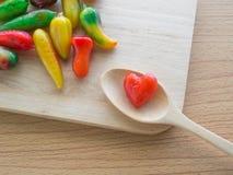 Las frutas de imitación deliciosas en corazón forman en la tabla del woodedn Imágenes de archivo libres de regalías