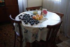 las frutas del verano están en la tabla fotos de archivo