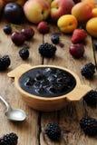Las frutas deliciosas atascan y las tostadas, desayuno sabroso Fotos de archivo libres de regalías