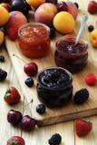 Las frutas deliciosas atascan y las tostadas, desayuno sabroso Imágenes de archivo libres de regalías