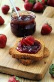Las frutas deliciosas atascan y las tostadas, desayuno sabroso Foto de archivo libre de regalías