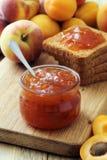 Las frutas deliciosas atascan y las tostadas, desayuno sabroso Imagen de archivo libre de regalías