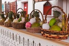 Las frutas en cesta en estantes inclinaron a la izquierda Fotografía de archivo libre de regalías