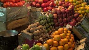 Las frutas en el mercado y el incence de Asia de la noche fuman almacen de video