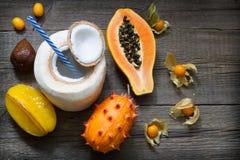 Las frutas exóticas tropicales resumen vida inmóvil con leche de coco Fotografía de archivo