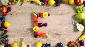 Las frutas hicieron la letra E almacen de video