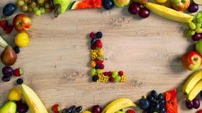 Las frutas hicieron la letra L almacen de metraje de vídeo