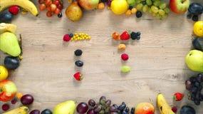 Las frutas hicieron la letra T almacen de video