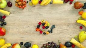 Las frutas hicieron la letra U almacen de video