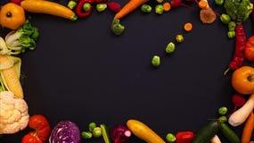 Las frutas hicieron la letra V almacen de metraje de vídeo