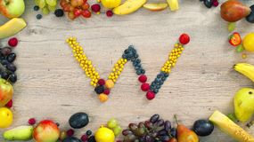 Las frutas hicieron la letra W almacen de metraje de vídeo