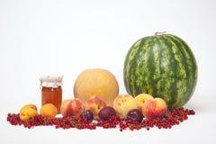 Las frutas, las verduras y los tarros del albaricoque atascan Fotografía de archivo libre de regalías