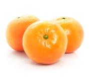 Las frutas maduras del mandarín aislaron el alimento en blanco fotos de archivo