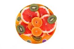 Las frutas platean con el pomelo, el kiwi y las rebanadas anaranjadas Imagen de archivo